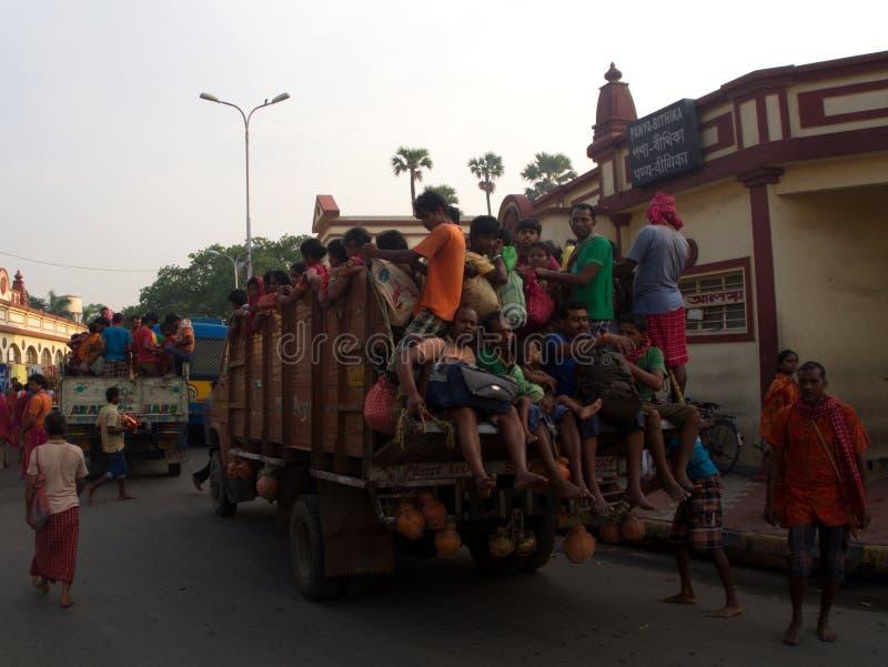 充分地装载和Crowded印地安人民在卡车, K过度负荷  免版税图库摄影