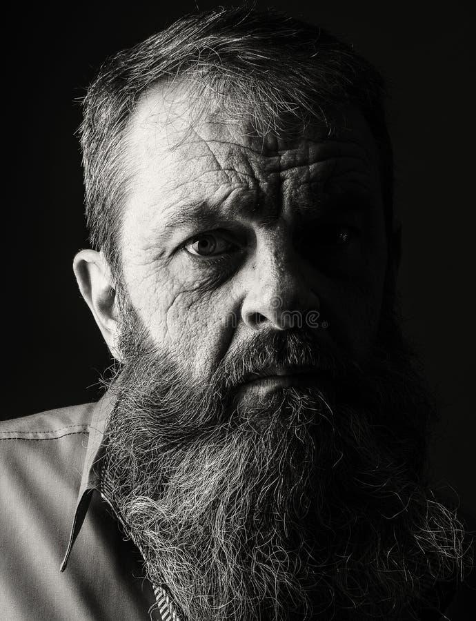 充分地黑白的有胡子的人演播室画象  Closeu 免版税库存照片