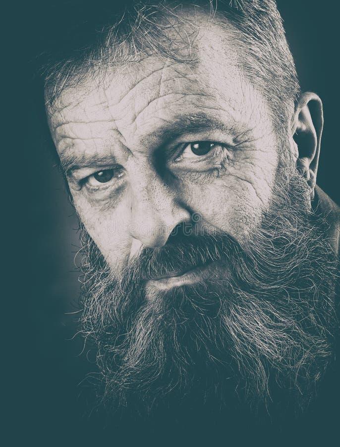 充分地黑白的有胡子的人演播室画象  Closeu 免版税图库摄影