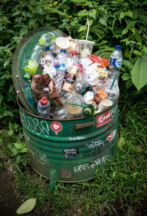 充分垃圾桶垃圾在Ubud,巴厘岛 库存照片