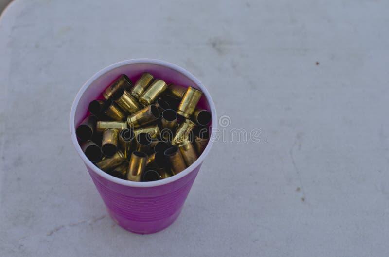 充分塑料杯子空的金属壳 免版税库存图片