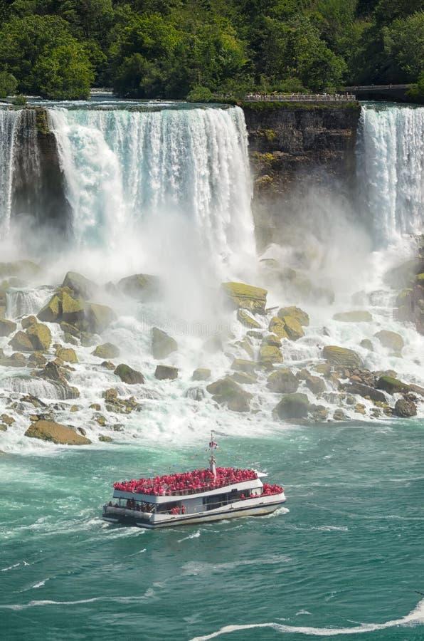充分小船有沿尼亚加拉大瀑布的旅游航行的 库存图片