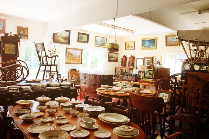 充分屋子古色古香的艺术和家具 免版税库存图片
