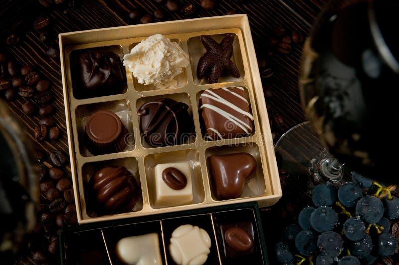 充分巧克力箱比利时果仁糖 浪漫晚餐恋人a 免版税库存图片