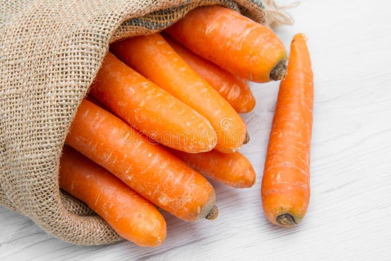 充分帆布大袋红萝卜 免版税库存照片