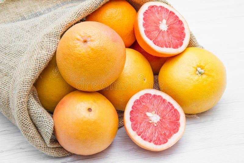 充分帆布大袋葡萄柚 免版税图库摄影
