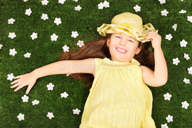 充分放置在领域的逗人喜爱的小女孩的花 图库摄影