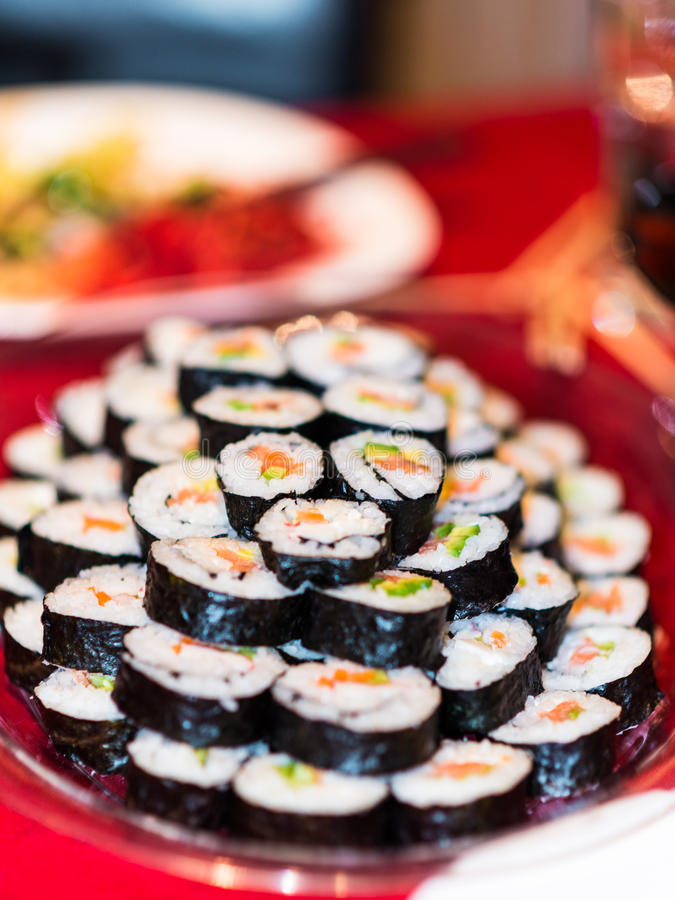 充分板材自创三文鱼鲕梨寿司卷 库存照片