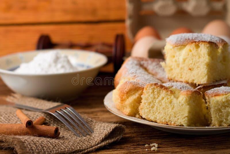 充分板材蓬松凝乳蛋糕部分 免版税库存图片
