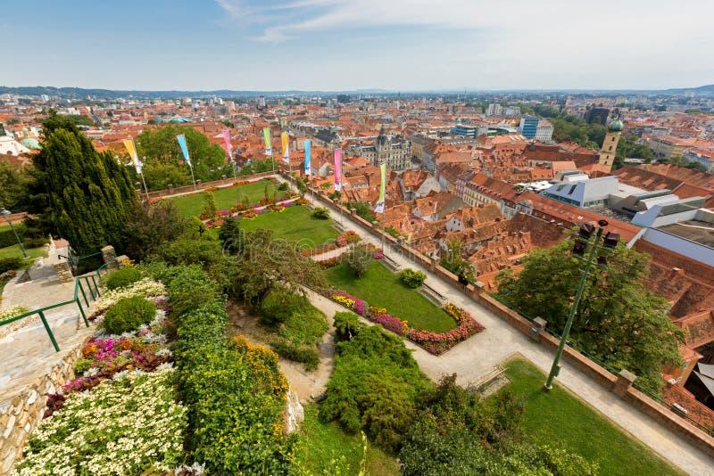 充分格拉茨市红色屋顶,从施洛斯山城堡小山的看法在格拉茨,奥地利,欧洲 免版税库存照片