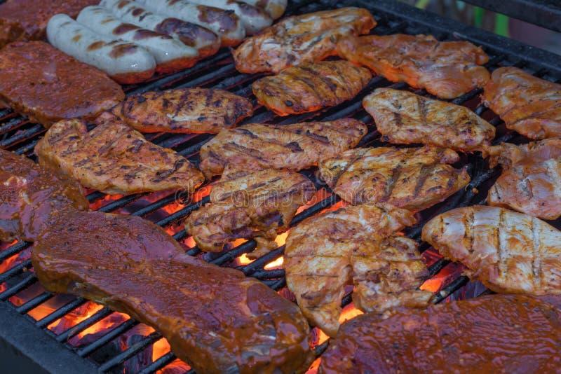 充分格栅机架一串可口烤肉的肉 免版税库存照片
