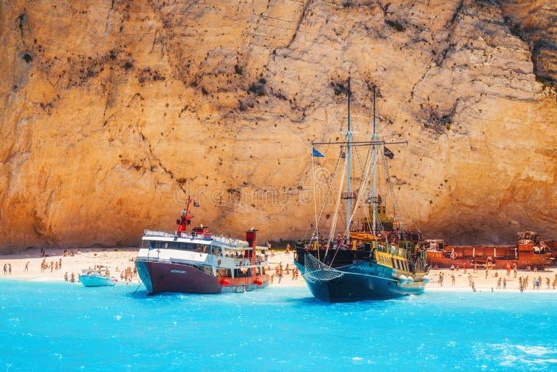 充分游轮游人停住在Navagio海滩,扎金索斯州海岛- 2015年7月13日 免版税库存照片