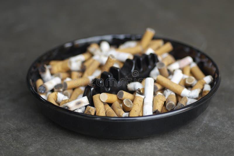 充分烟灰缸烟头 库存照片
