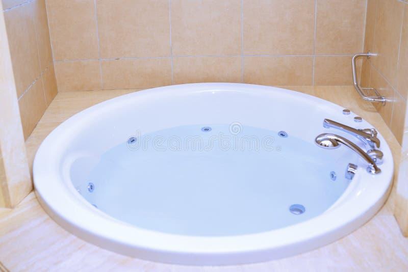 充分现代浴缸水 库存照片