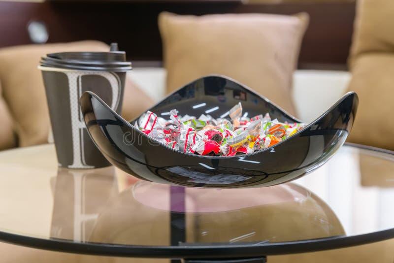 充分现代黑碗甜点和咖啡杯 免版税库存图片