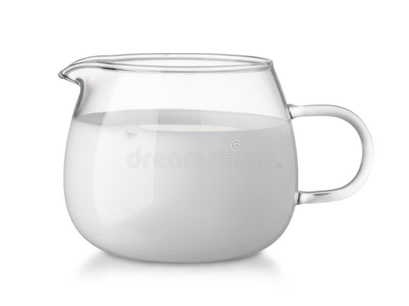 充分玻璃玻璃盛奶油小壶新鲜的奶油 免版税库存图片