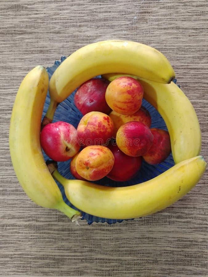 充分球在桌上的果子 免版税库存图片