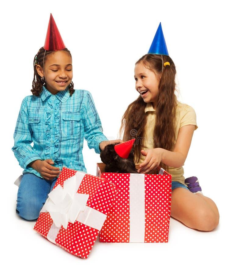 充分生日女孩打开她的礼物的喜悦 库存图片