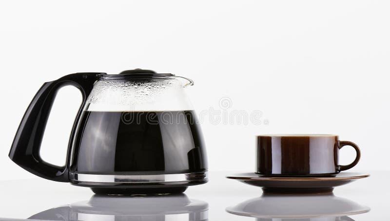 充分的咖啡罐和棕色杯子 图库摄影