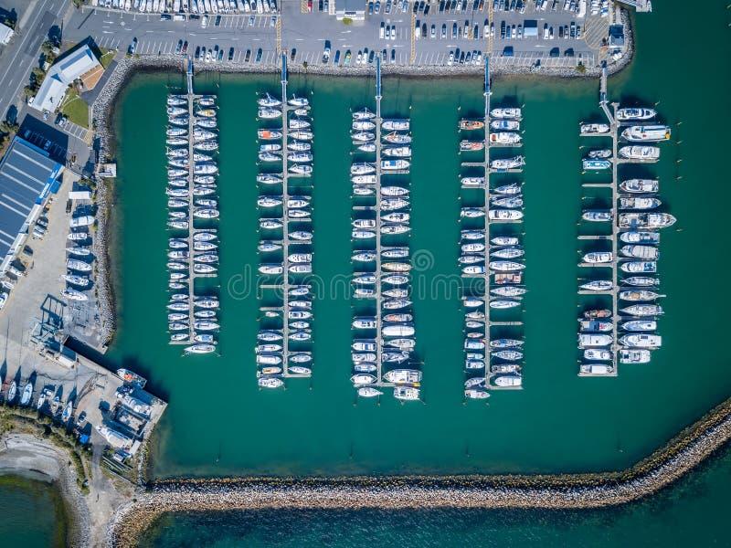 充分的小游艇船坞、游艇、汽艇和风船空中下来上面视图  库存照片