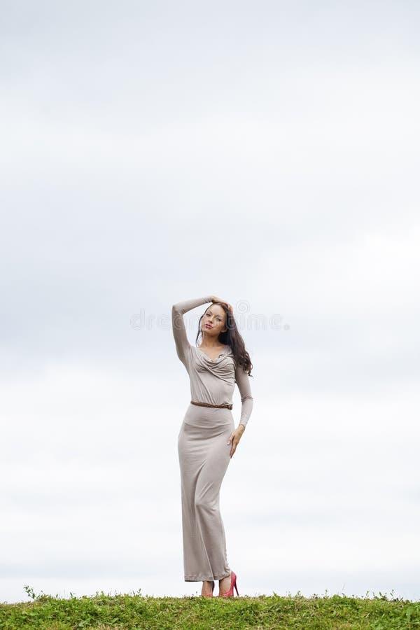 Download 充分的成长,性感的长的灰色礼服的美丽的少妇 库存图片. 图片 包括有 长期, 方式, 灰色, 背包, 女孩 - 62536173