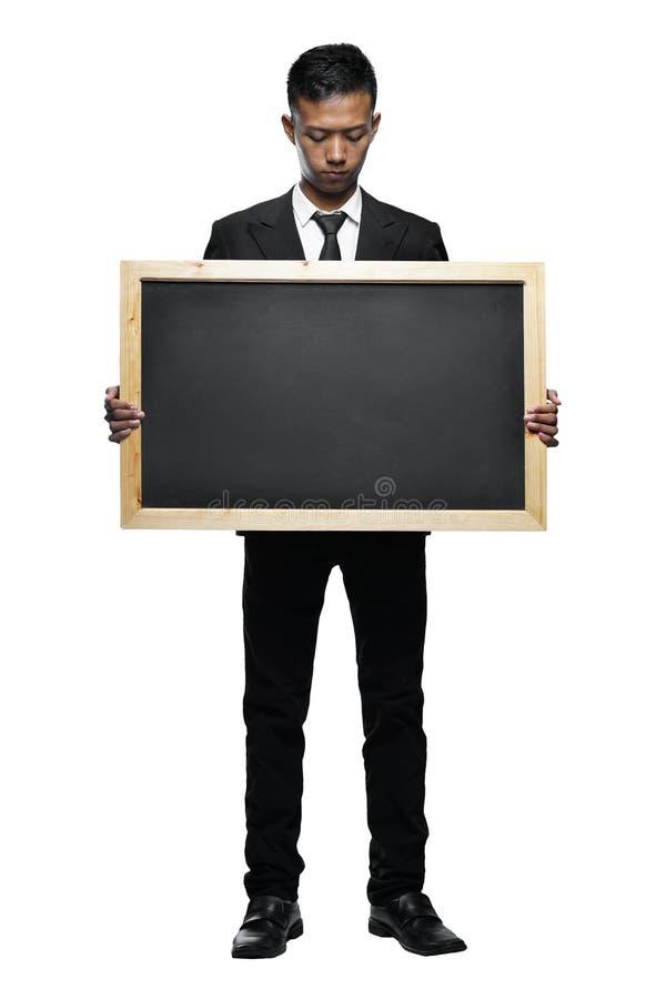 充分的拿着大黑板的身体年轻亚洲商人 免版税库存照片