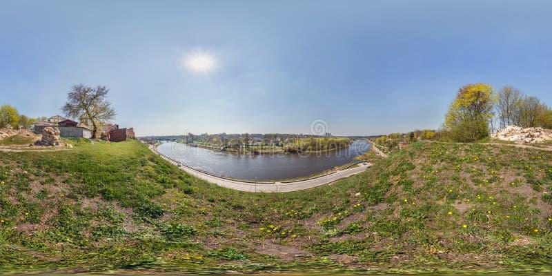 充分的无缝的球状全景360度在宽河河岸的角度图在桥梁前面的在古老destroed城堡附近 图库摄影