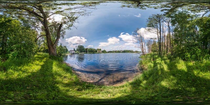 充分的无缝的球状hdri全景360度在宽河悬崖的角度图在落叶林里在晴朗的夏日 库存照片