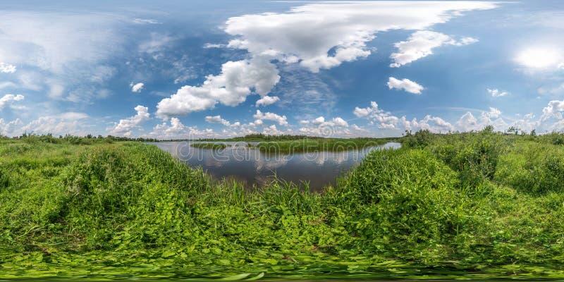 充分的无缝的球状hdri全景360度在巨大的湖或河草海岸的角度图在晴朗的夏日和有风 免版税库存照片