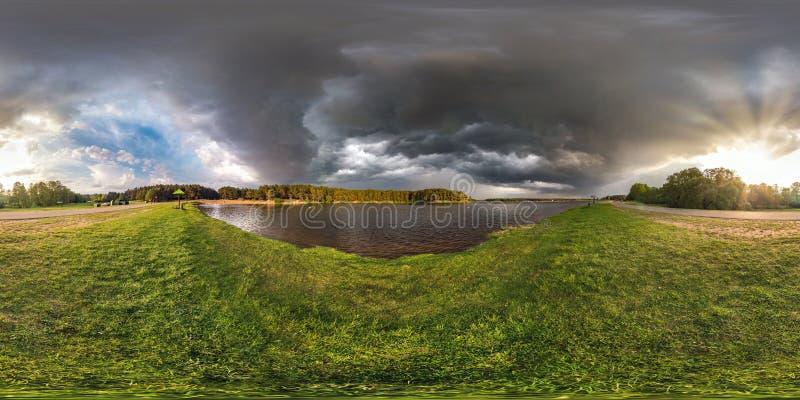 充分的无缝的球状hdri全景360度在湖岸的角度图在风暴前的晚上与乌云 免版税库存图片