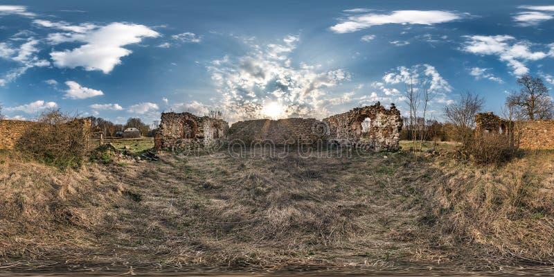 充分的无缝的球状hdri全景360度在石头被放弃的被破坏的农舍里面的角度图在equirectangular 免版税库存照片