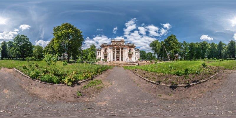 充分的无缝的球状hdri全景360度在石头被放弃的被破坏的宫殿和公园复合体附近的角度图  免版税库存图片