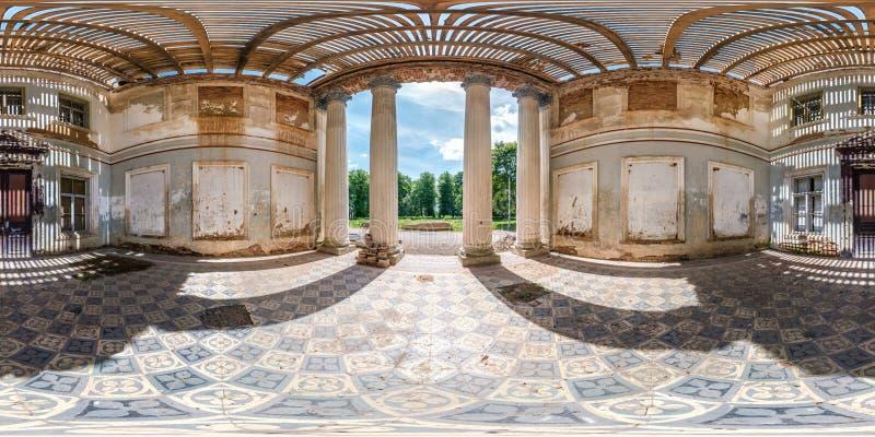 充分的无缝的球状hdri全景360度在石头被放弃的被破坏的宫殿大厦里面的角度图与专栏 免版税库存照片