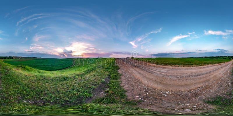 充分的无缝的球状hdri全景360度在石渣路的角度图在夏天晚上日落的领域中与令人敬畏 库存图片