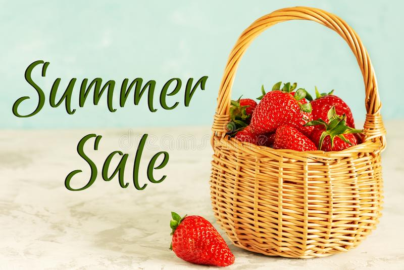 充分的柳条筐新鲜的成熟红色草莓 免版税库存图片