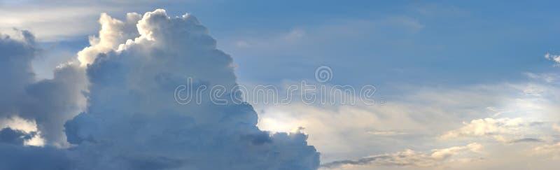 充分的框架水平的图象明亮的蓝灰色白色风雨如磐的蓬松云彩 免版税图库摄影