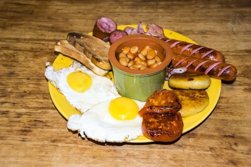 充分的爱尔兰早餐高卡路里扁豆香肠多士baco 免版税库存图片