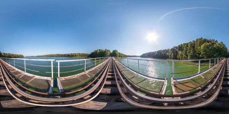 充分的球状无缝的全景360度在巨大的横跨laked的火车铁路桥的钢制框架建筑的角度图 360 免版税库存图片
