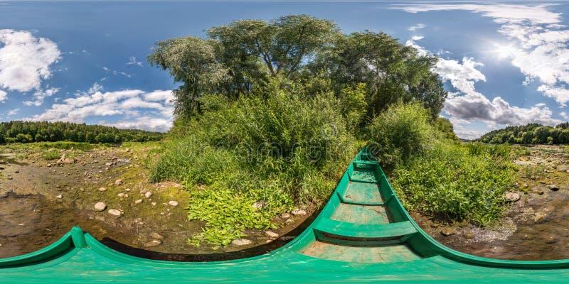 充分的球状无缝的hdri全景360度在绿色木老小船的角度图在森林附近的干燥河岸晴朗的 免版税库存照片
