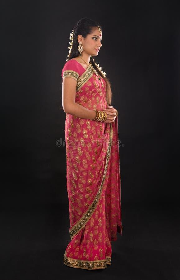 充分的莎丽服的身体传统年轻印地安女孩 免版税图库摄影