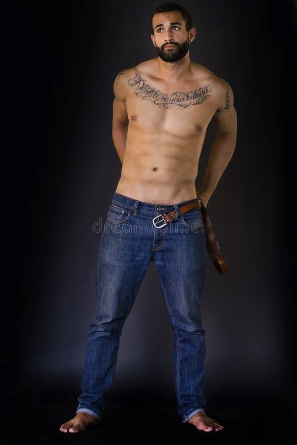 充分的身体被射击牛仔裤的人 免版税库存照片