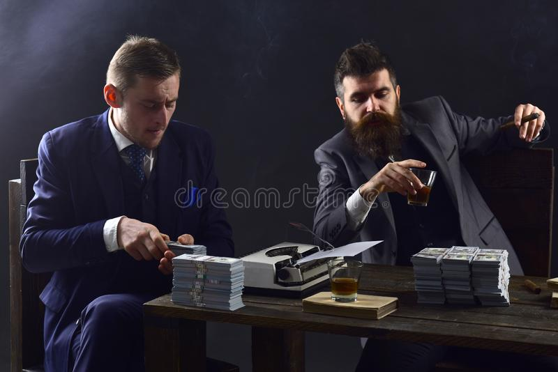 充分的集中在工作 计数现金金钱的商人 写财政报告的商务伙伴 企业执行 免版税库存图片