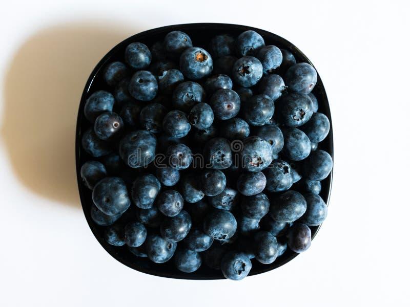 充分碗在白色背景的蓝莓 免版税库存图片
