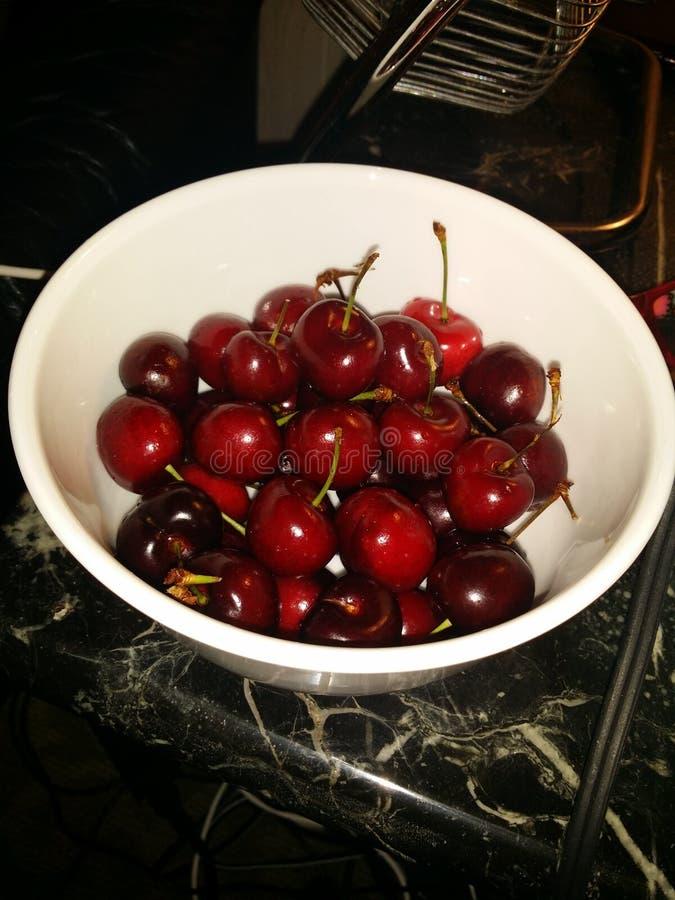 充分碗的樱桃 免版税图库摄影