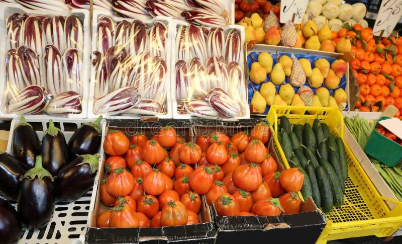 充分箱子新鲜的水果和蔬菜在市场上 免版税库存图片