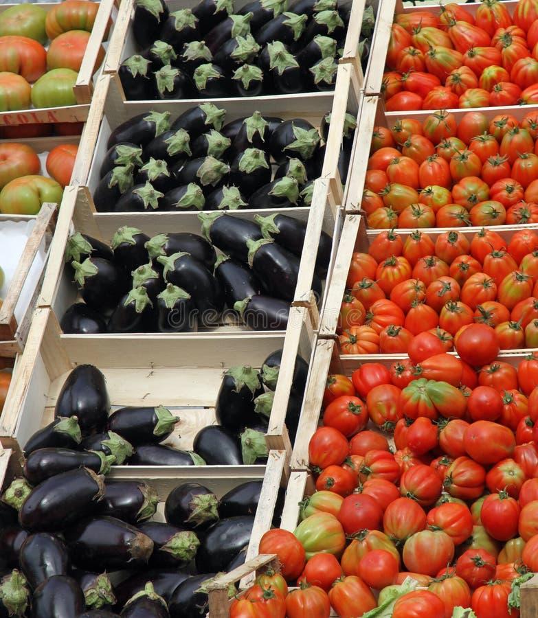 充分箱子新鲜的水果和蔬菜在市场1上 免版税库存照片