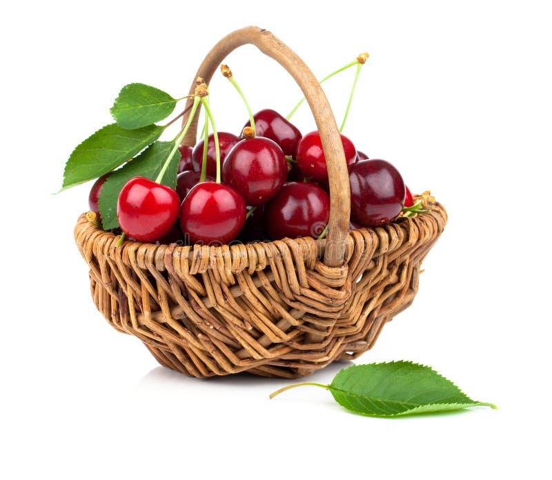 充分篮子新鲜的红色樱桃 免版税库存图片