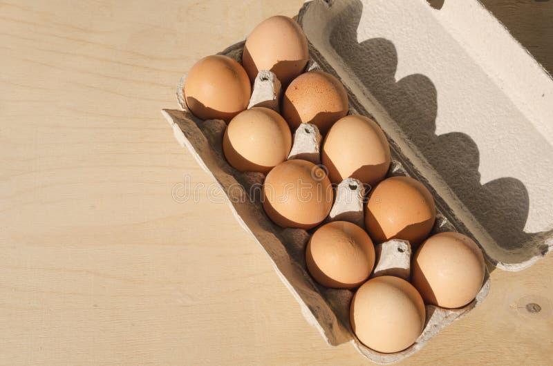 充分纸箱顶视图木表面,文本的空的空间上的棕色未加工的鸡蛋 库存图片
