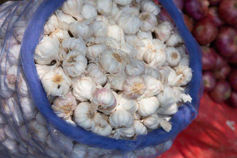 充分袋子大蒜在当地食物市场印度上 免版税库存图片