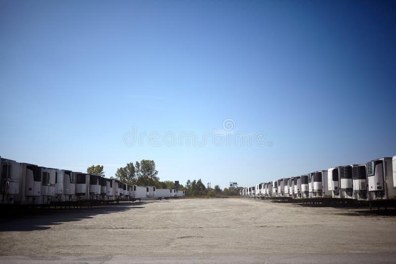 充分车公园货物的货车使用费拖车 库存图片